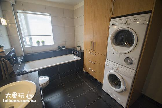 Stella Rósa apartment浴室內有泡澡浴缸及洗、烘衣機