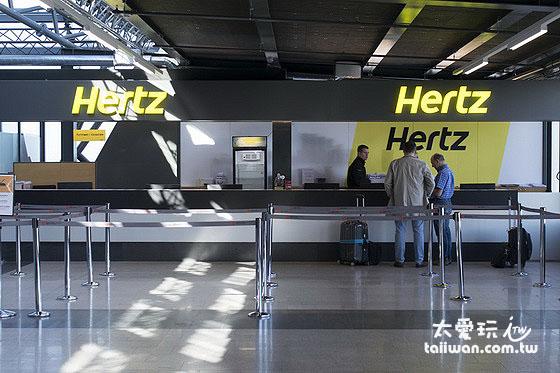 Avis、Budget、Europcar、Hertz等國際連鎖租車公司在雷克雅維克機場抵達大廳設有櫃台可以直接取車