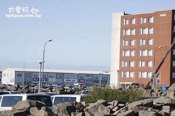 旅馆建筑物旁边的租车公司
