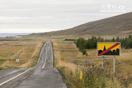 看到离开城镇的标示就可以加速到90公里