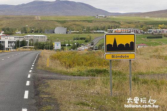 看到进入城镇的标示就要减速到50公里