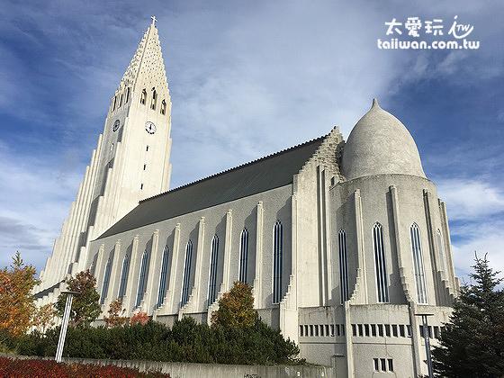 哈爾格林姆教堂帶有冰島地理特色的冰川、群山與六角岩柱意象