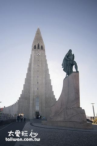哈爾格林姆教堂前有一座很醒目的萊夫艾瑞克森Leifur Eiríksson雕像