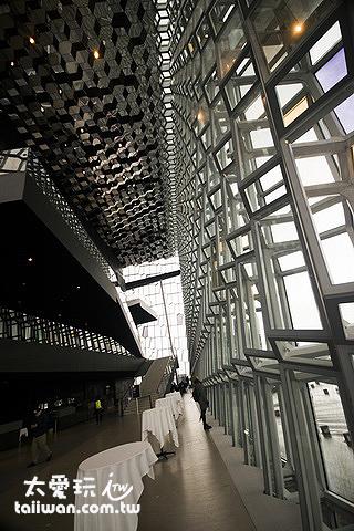 幾何形狀不只創造出立體感,在陽光的照射下更折射出光采奪目的建築外觀
