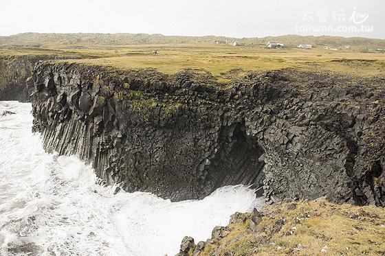 黑色玄武岩海岸被波濤洶湧的海浪無情地拍打著