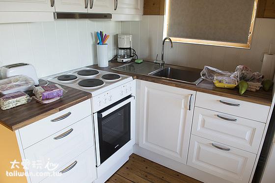 小木屋廚房的鍋碗瓢盆、烤箱、微波爐、冰箱都很齊全