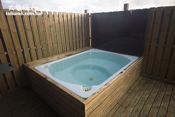 小木屋陽台有專屬的戶外泡澡浴缸