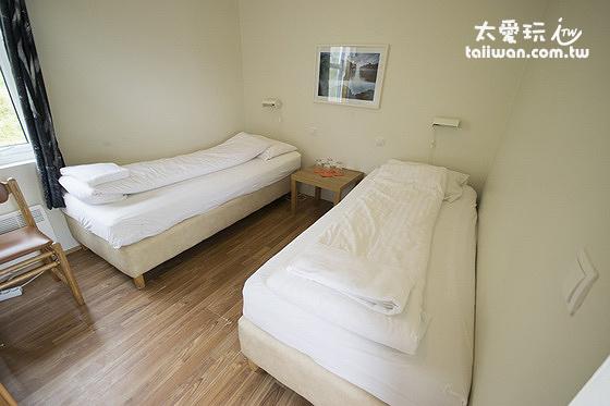 傑迪住宿加早餐旅館小木屋內部的兩張單人床