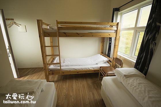 傑迪住宿加早餐旅館小木屋內部的兩張單人床加上、下床位