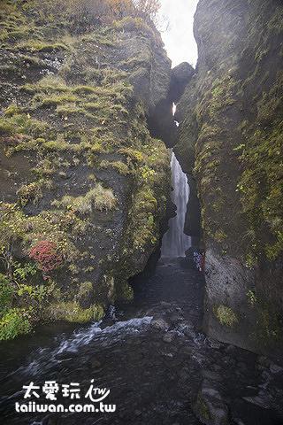 Gljúfrafoss瀑布藏在山裡面