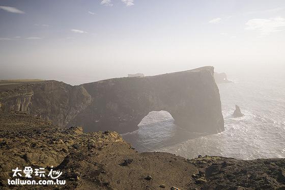 火山岩海蝕拱門
