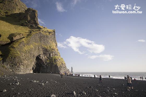 黑沙灘上有一個巨大的玄武岩洞