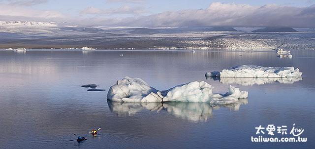傑古沙龍冰河湖還有人在泛舟