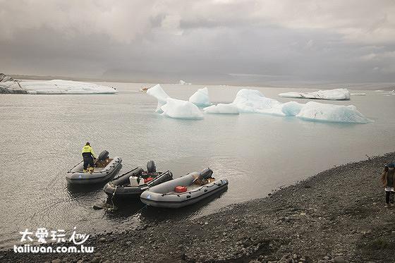 橡皮艇體積小、速度快,可以更接近冰山而且遊湖的範圍可以更廣