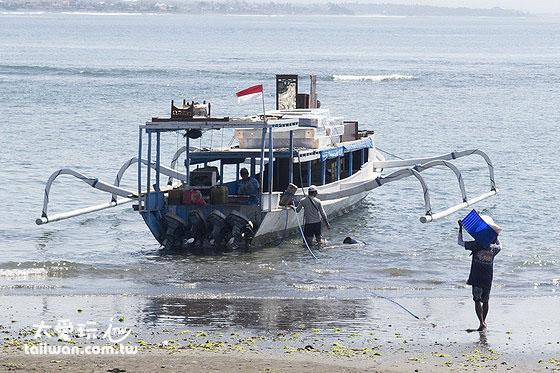 前往蓝梦岛Jungut Batu码头的公共慢船