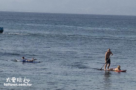 带划桨的冲浪板