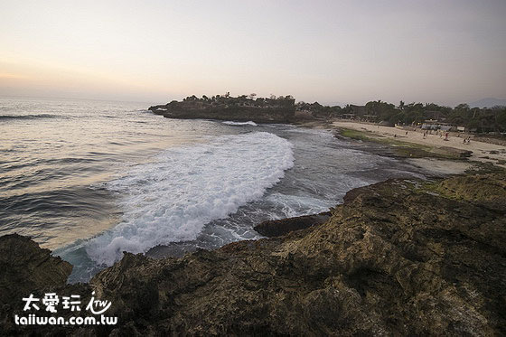陣陣的大浪在進入Sandy Bay後變成白色的浪花