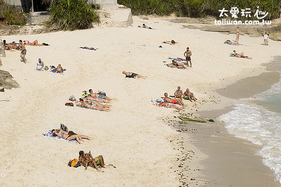 许多观光客前来梦幻海滩做日光浴