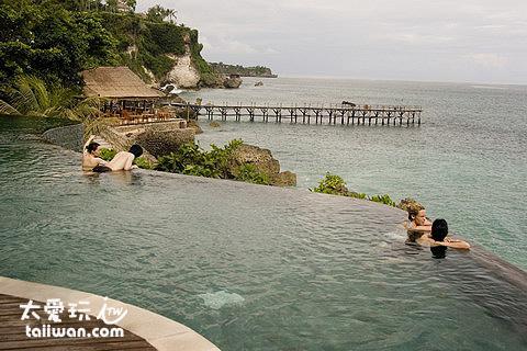 阿雅娜度假酒店 Ayana Resort and Spa 的海邊泳池我超愛