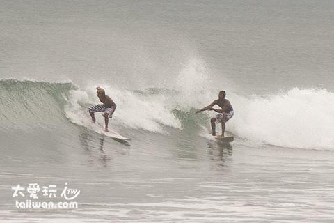 一波波的海浪极适合冲浪活动