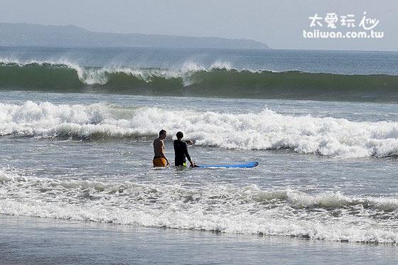 库塔海滩浪大海滩浅,很适合学冲浪