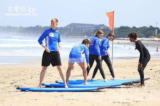 海滩上先练习冲浪动作