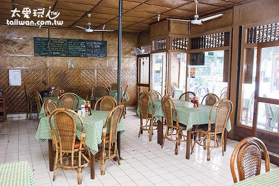 竹角餐廳內部裝潢簡單原始