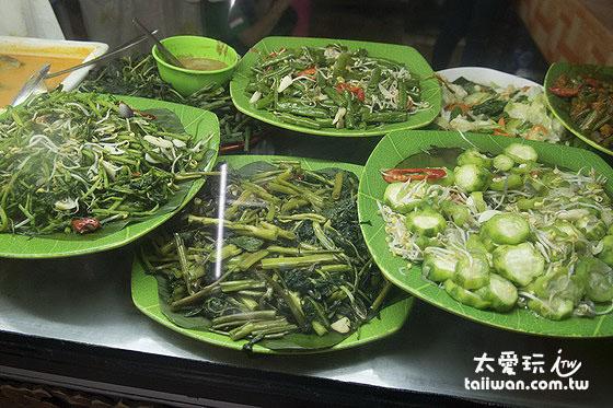 NASI CAMPUR有各種各樣的菜色任你點