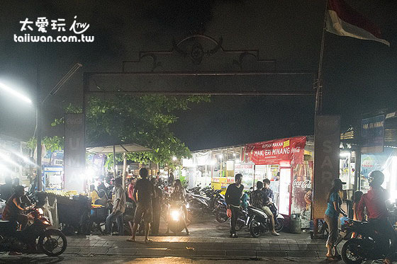 Warung 24/7位於庫塔郊區的一個夜市內