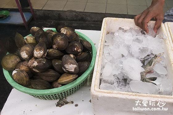 Warung 24/7的海鮮擺在店門口任你挑
