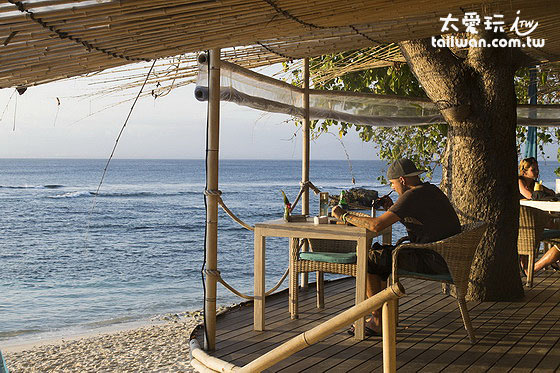 Hai Bar & Grill就在蘑菇湾Mushroom Bay海滩旁