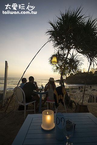 Sandy Bay Beach Club可雙腳踩著白砂喝酒、吃飯、看夕陽