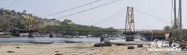 连接两座岛屿的吊桥