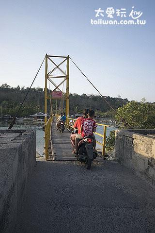 连接两座岛屿的吊桥可以行车