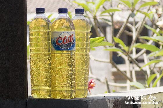 汽油都是用塑胶瓶装的