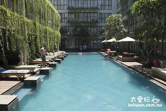雷吉安库塔新加饭店美丽的泳池