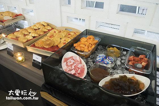 Hotel Neo Plus Kuta Legian早餐麵包水果区
