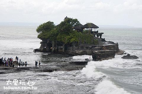 海神廟Tanah Lot被海水隔開