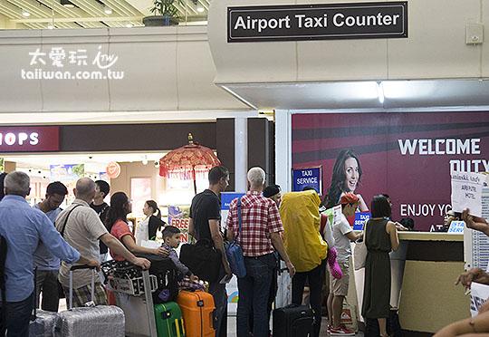 進入境大廳往左前方看就可以看到機場計程車櫃台