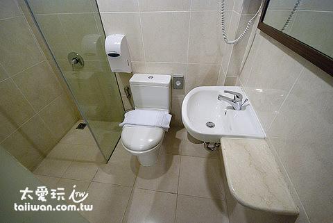 廁所非常狹小,只能容納1人