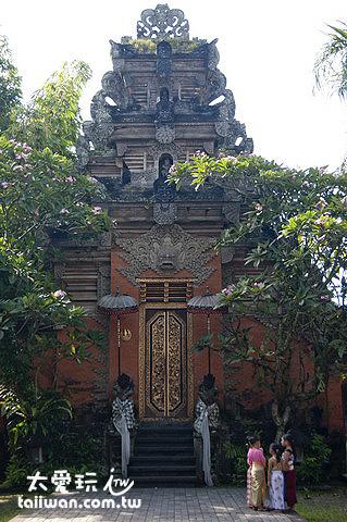山門兩側雕像有黑白格紋的布包著