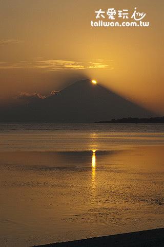 帶有巴里島阿貢火山的畫面更是一整個詩情畫意