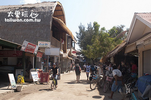 各種餐廳、商店、旅行社、小吃店也沿著Trawangan東海岸街道分布