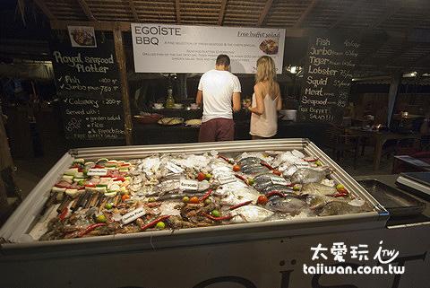 碳烤餐廳會把海鮮擺出來,價格直接標上去