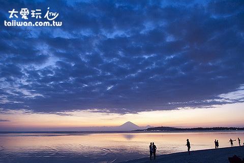 从吉利群岛看巴里岛的火山日落