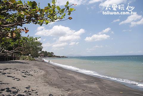 圣吉吉海滩是黑色沙滩