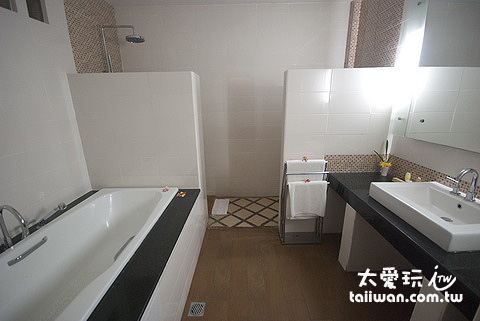 泳池房的浴室有浴缸