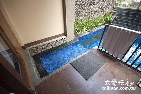 泳池房的陽台可以直接入水