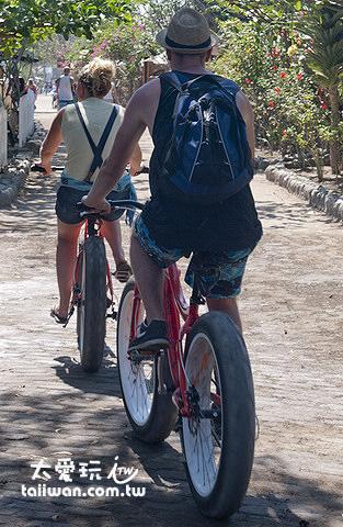 大車輪的單車在沙地上比較好騎