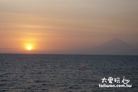 日落時太陽不是沉入大海而是躲在巴里島後面,剛好又可以襯托出巴里島阿貢火山的美麗